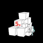 Matkailutoimija on rakentanut portaikon laatikoista. Matkailutoimija on alkamassa kiipeämään. Kuvassa oranssi numero 5.